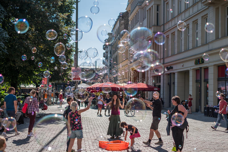 Muchacha que hace burbujas de jabón en un día soleado en la calle en Berli imágenes de archivo libres de regalías
