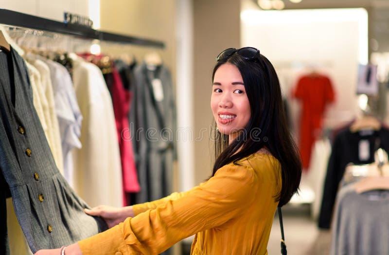 Muchacha que hace compras en el boutique fotografía de archivo libre de regalías