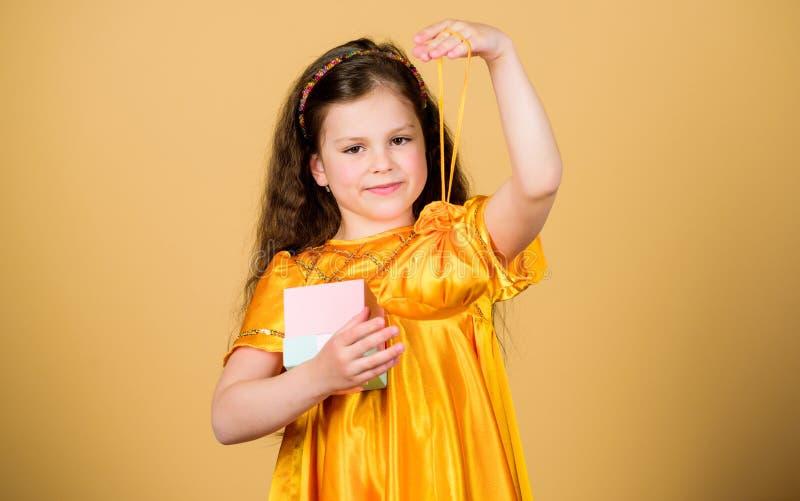 Muchacha que hace compras feliz con la caja Venta grande Pequeña moda de la muchacha Lunes cibern?tico Compra del presente y del  imagenes de archivo