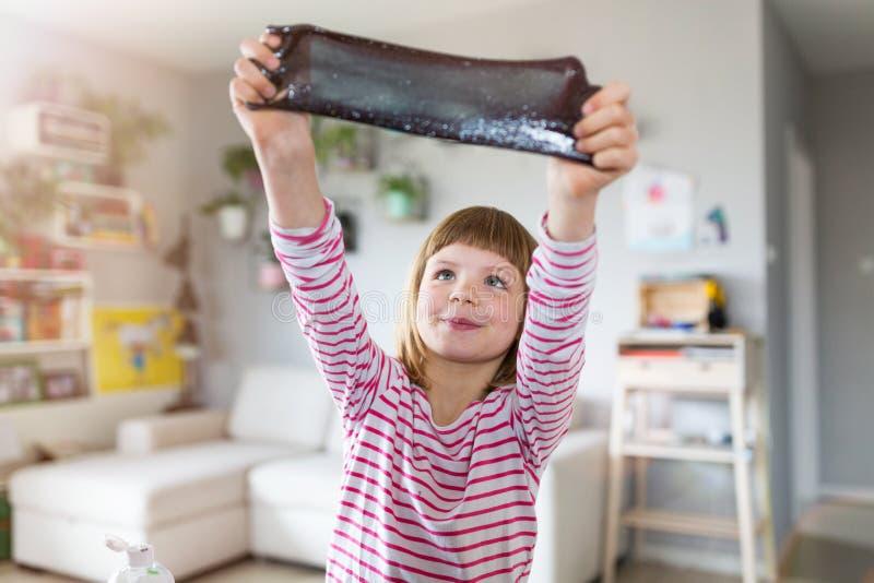 Muchacha que hace el juguete hecho en casa del limo imagen de archivo libre de regalías