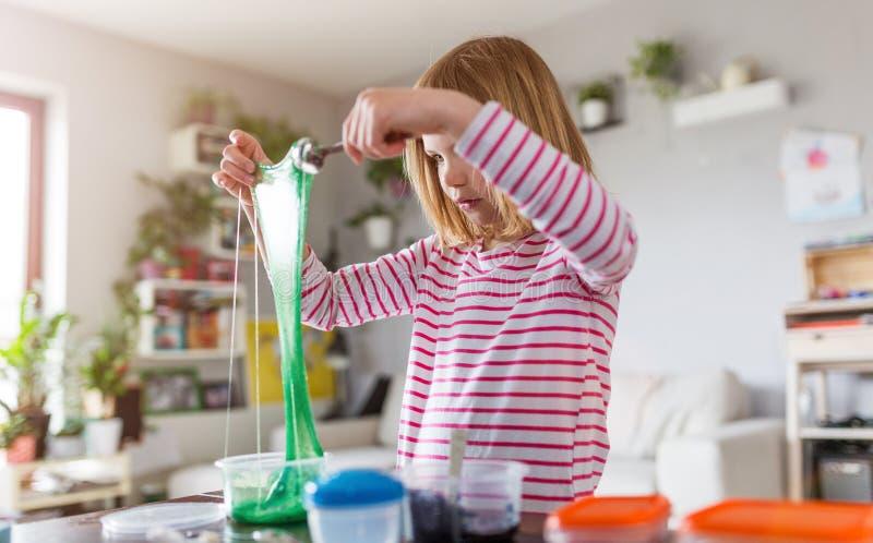 Muchacha que hace el juguete hecho en casa del limo imágenes de archivo libres de regalías