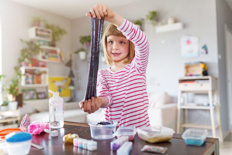 Muchacha que hace el juguete hecho en casa del limo foto de archivo libre de regalías