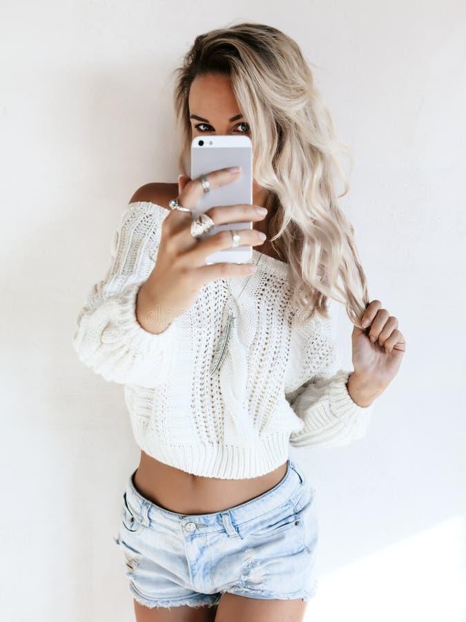 Muchacha que hace el selfie imagenes de archivo