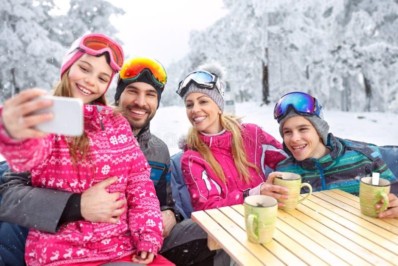 Muchacha que hace el selfie así como la familia sonriente imágenes de archivo libres de regalías