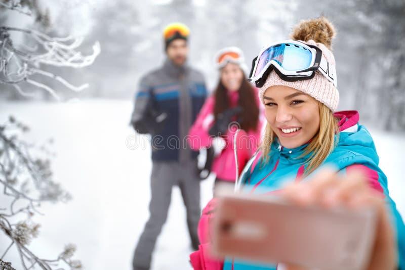 Muchacha que hace el selfie en el esquí fotos de archivo