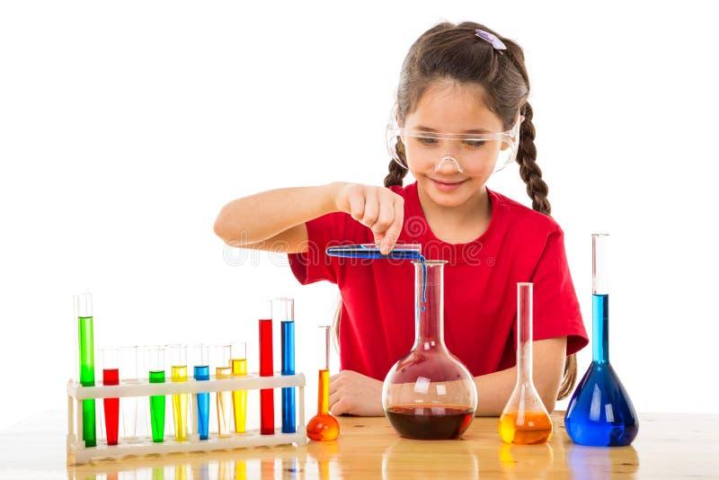 Muchacha que hace experimentos químicos imagenes de archivo