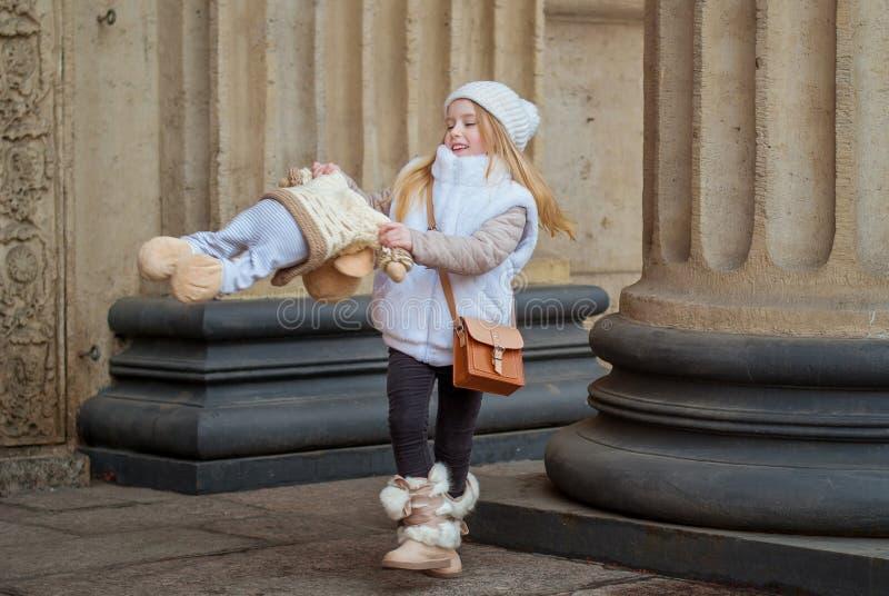 Muchacha que hace girar con el juguete de la felpa fotografía de archivo