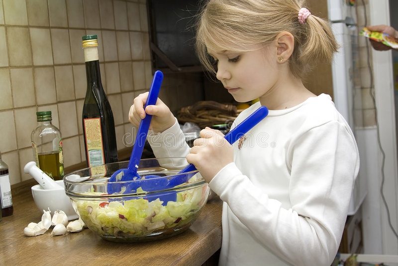 Muchacha que hace la ensalada imagen de archivo