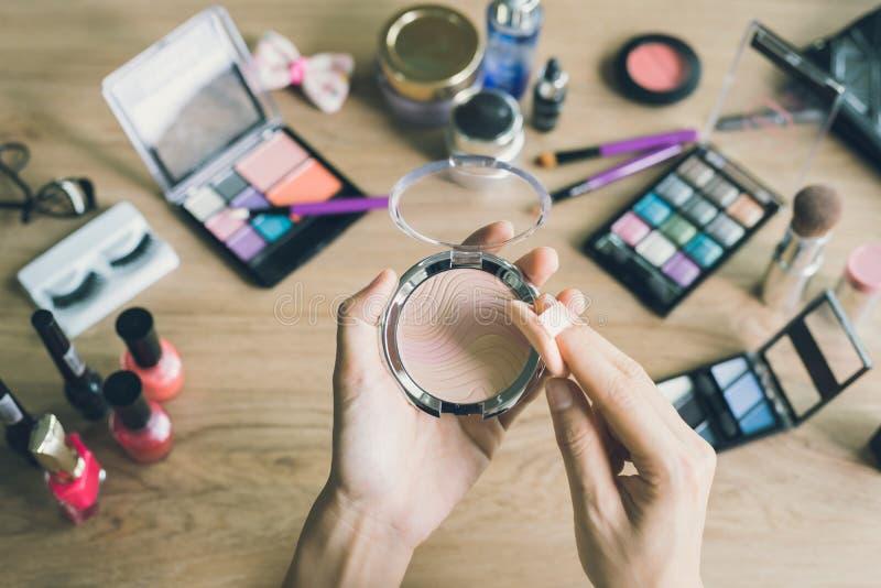 Muchacha que hace maquillaje en el tocador imágenes de archivo libres de regalías