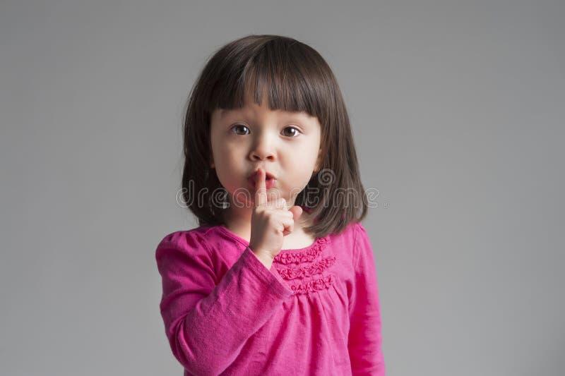 Muchacha que hace un gesto de la tranquilidad de la custodia imagen de archivo