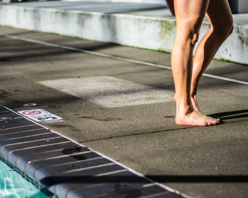 Muchacha que hace una pausa la piscina foto de archivo libre de regalías