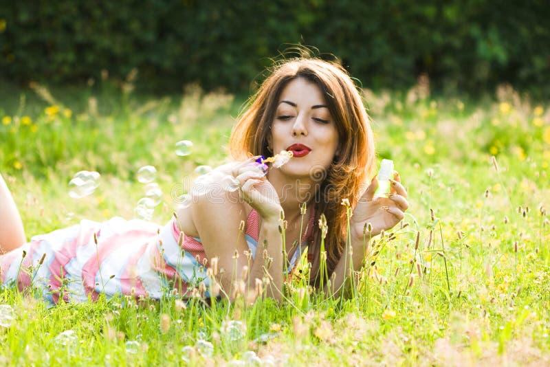 Download Muchacha Que Infla Jabón-burbujas Imagen de archivo - Imagen de hierba, gardening: 7151741