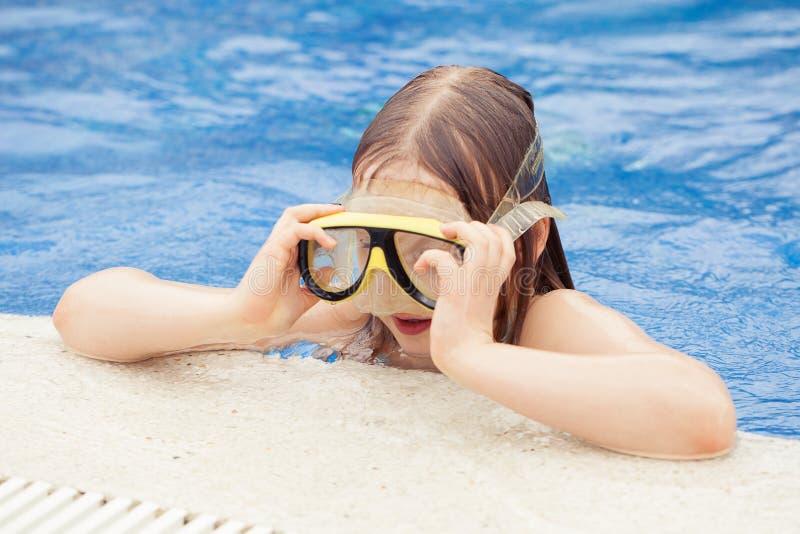 Muchacha que intenta en una máscara En la piscina fotos de archivo libres de regalías