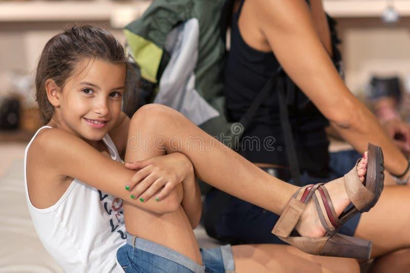 Muchacha que intenta los zapatos de las mujeres fotos de archivo libres de regalías