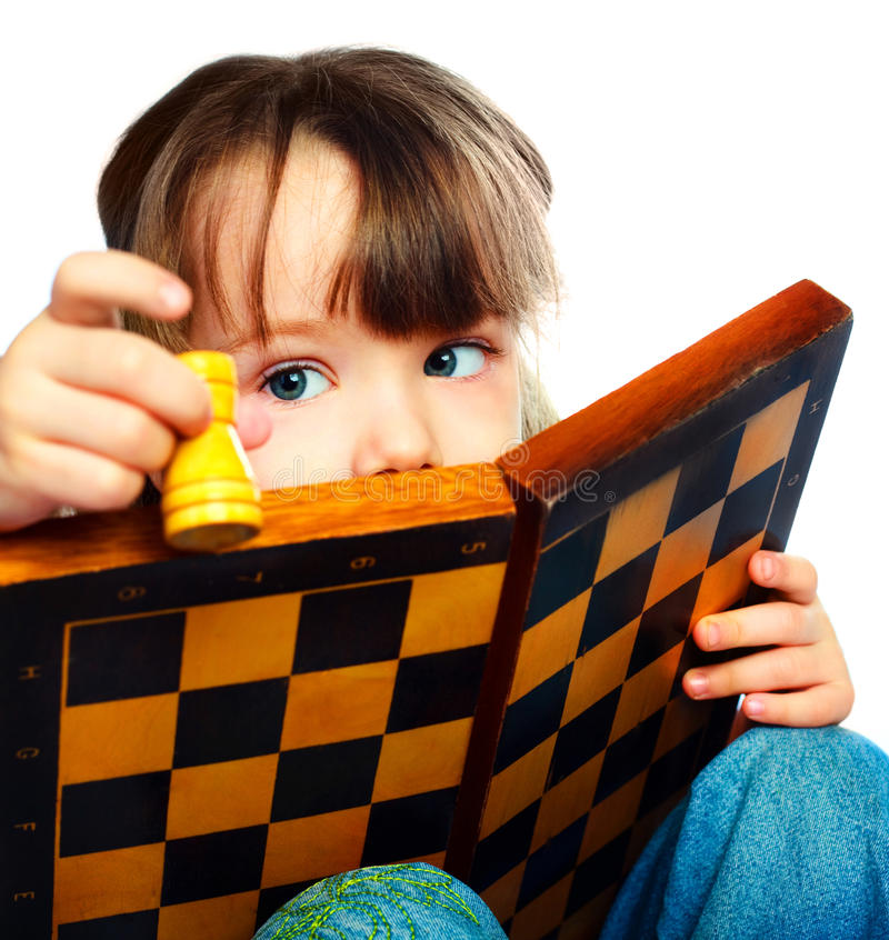 Muchacha que juega a ajedrez imagen de archivo libre de regalías