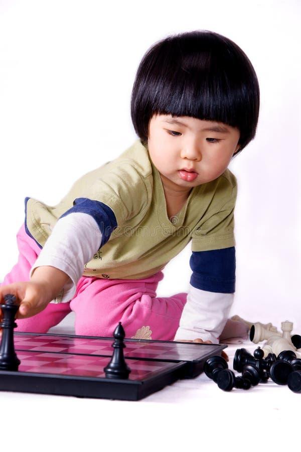 Muchacha que juega a ajedrez imágenes de archivo libres de regalías