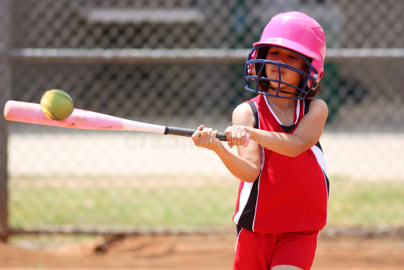 Muchacha que juega a beísbol con pelota blanda imagen de archivo libre de regalías