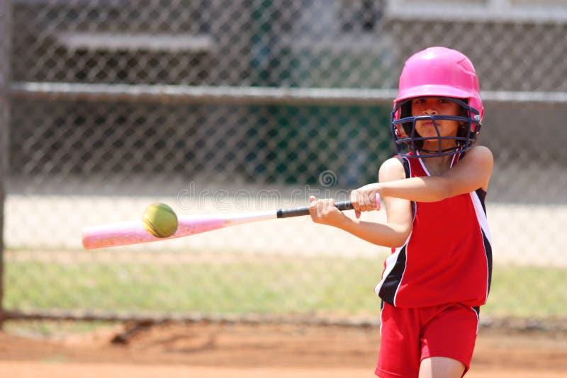 Muchacha que juega a beísbol con pelota blanda foto de archivo libre de regalías