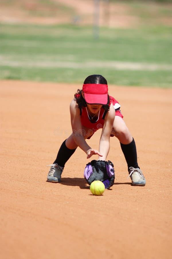 Muchacha que juega a beísbol con pelota blanda imágenes de archivo libres de regalías