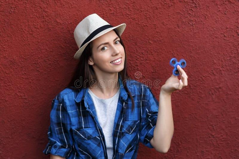 Muchacha que juega con el hilandero de la persona agitada imágenes de archivo libres de regalías