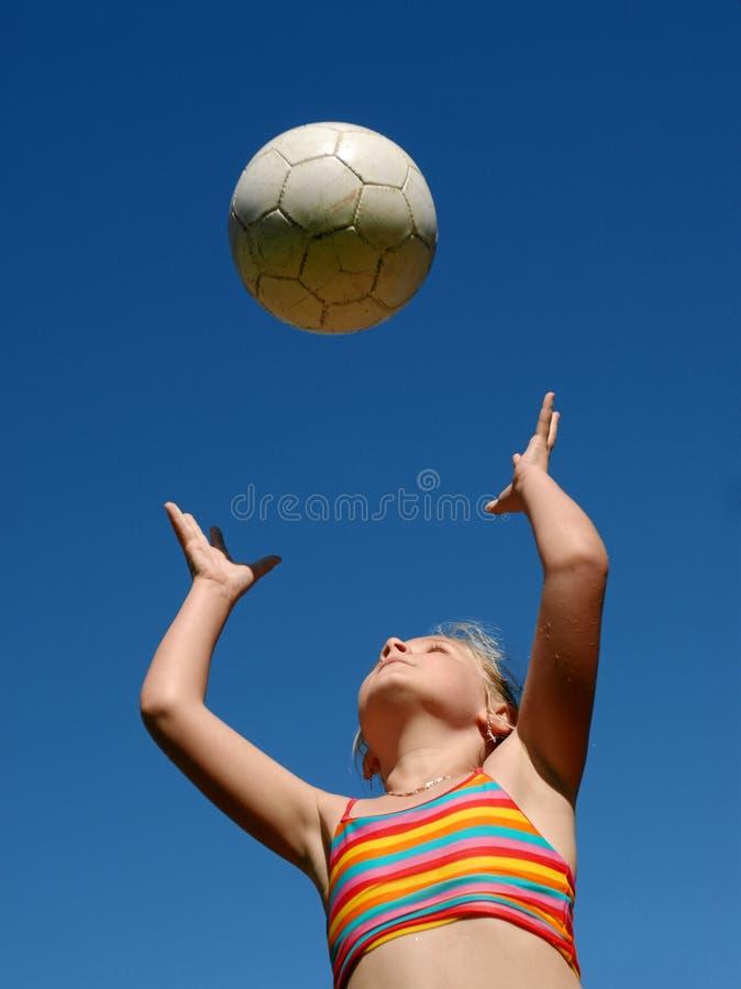 Muchacha que juega con la bola fotos de archivo libres de regalías