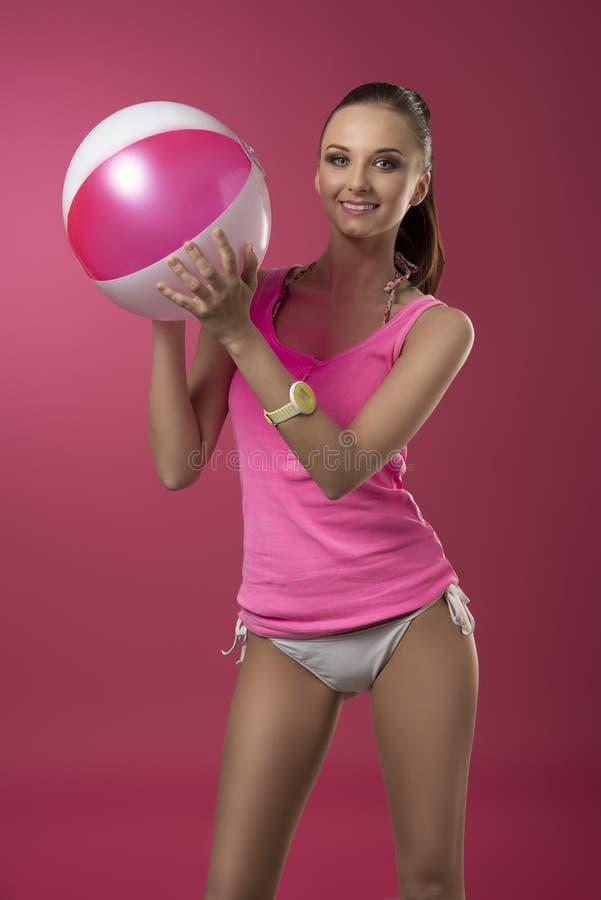 Muchacha que juega con la bola de playa fotos de archivo libres de regalías