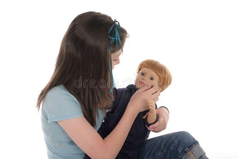 Muchacha que juega con la muñeca 2