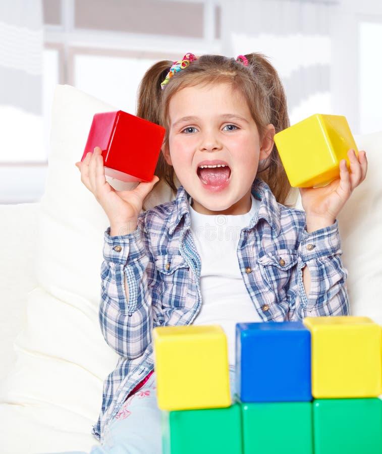 Muchacha que juega con los bloques fotos de archivo libres de regalías