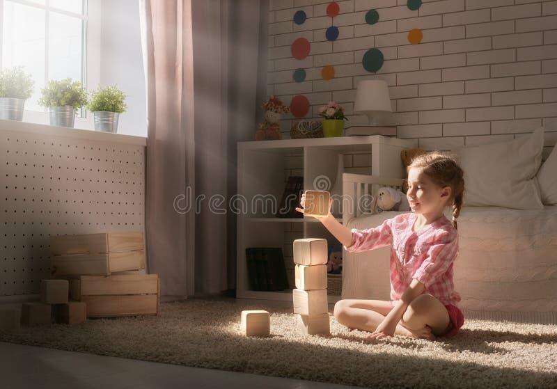 Muchacha que juega con los bloques foto de archivo