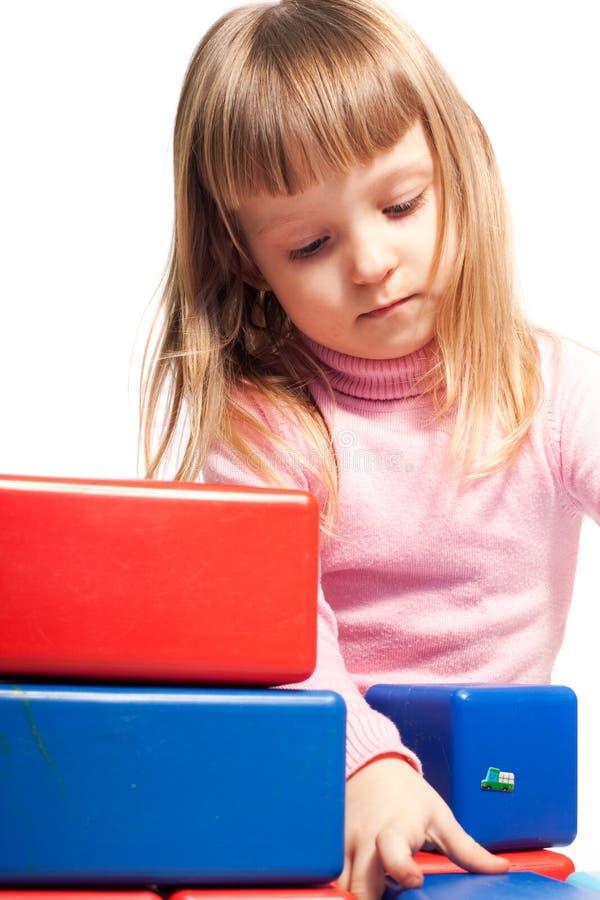 Muchacha que juega con los bloques coloridos imagen de archivo