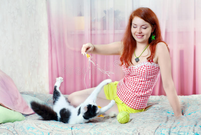 Muchacha que juega con un gatito fotografía de archivo libre de regalías
