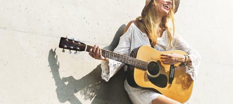 Muchacha que juega concepto de la canción de la escritura de la guitarra foto de archivo