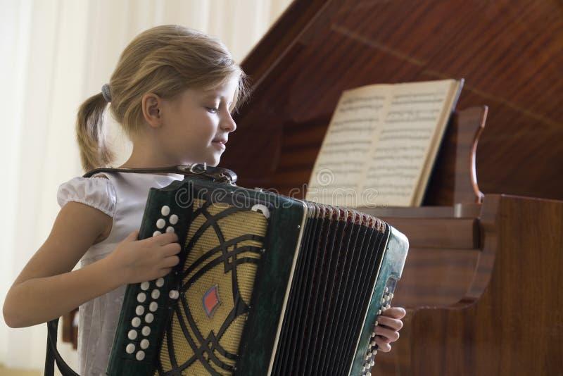 Muchacha que juega el acordeón imagenes de archivo