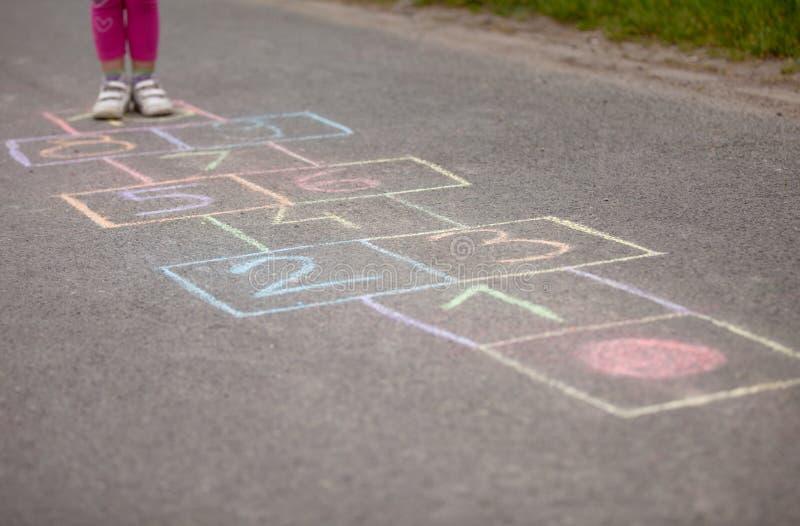 Muchacha que juega el exterior salto-escocés fotografía de archivo libre de regalías