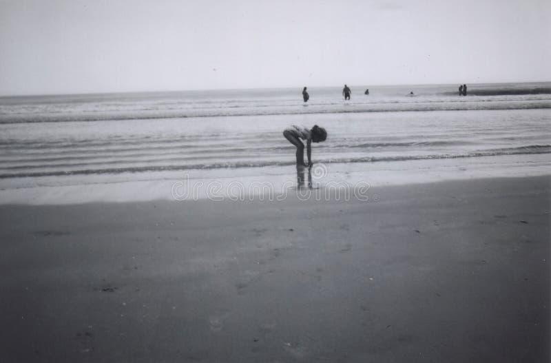 Muchacha que juega en arena foto de archivo libre de regalías