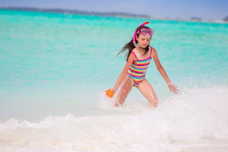 Muchacha que juega en el mar fotos de archivo
