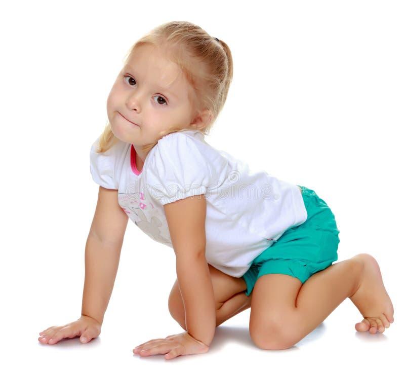 Muchacha que juega en el piso fotografía de archivo libre de regalías