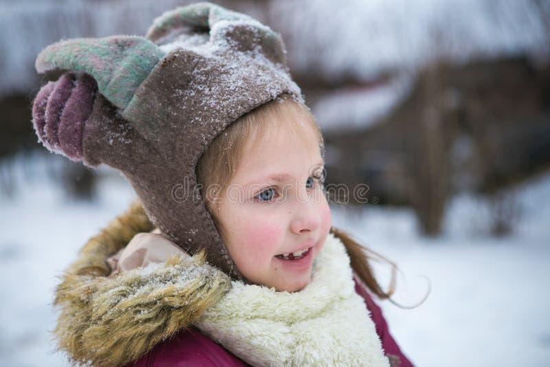 Muchacha que juega en la calle nevosa foto de archivo