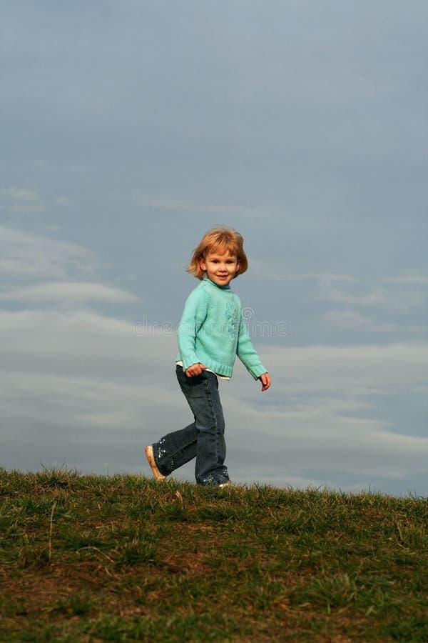 Muchacha que juega en la colina imagen de archivo libre de regalías