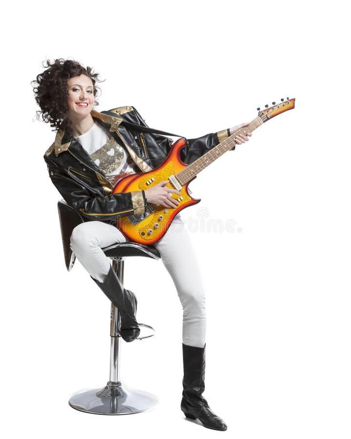 Muchacha que juega en la electro guitarra imagenes de archivo