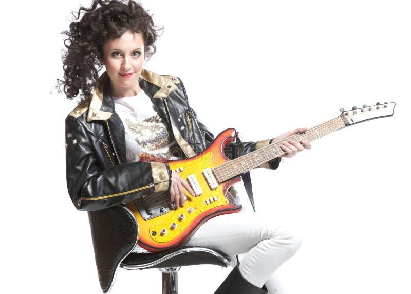 Muchacha que juega en la electro guitarra foto de archivo