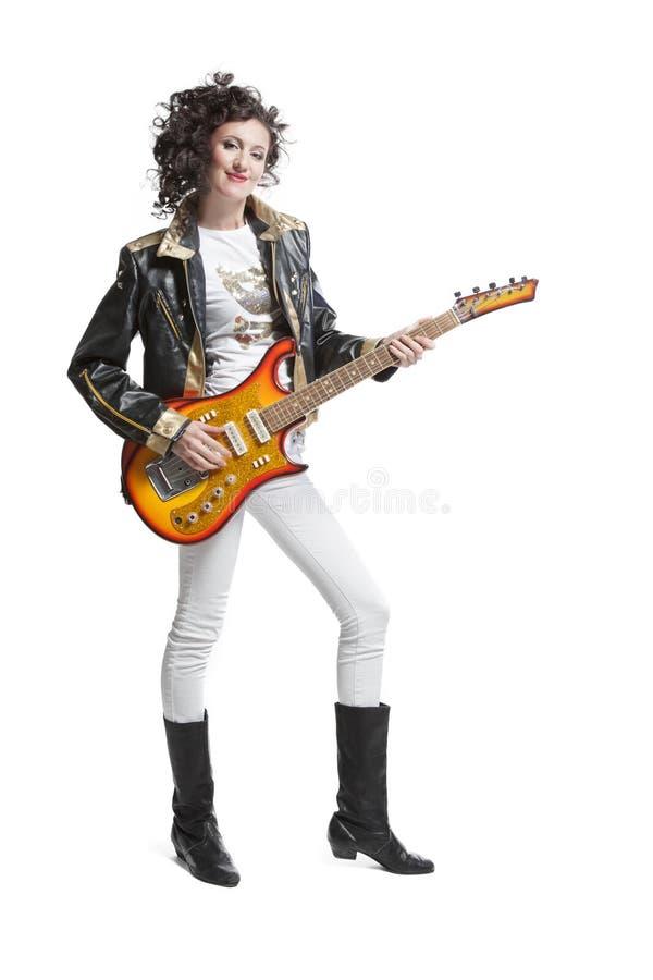 Muchacha que juega en la electro guitarra imagen de archivo