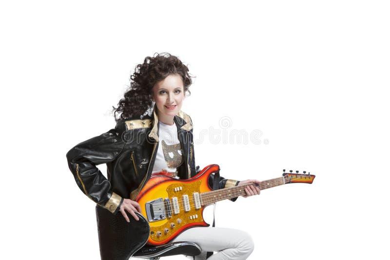 Muchacha que juega en la electro guitarra imagen de archivo libre de regalías