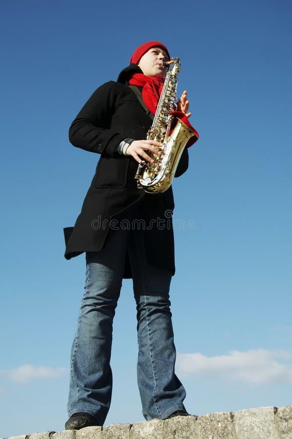 Muchacha que juega en saxophon foto de archivo