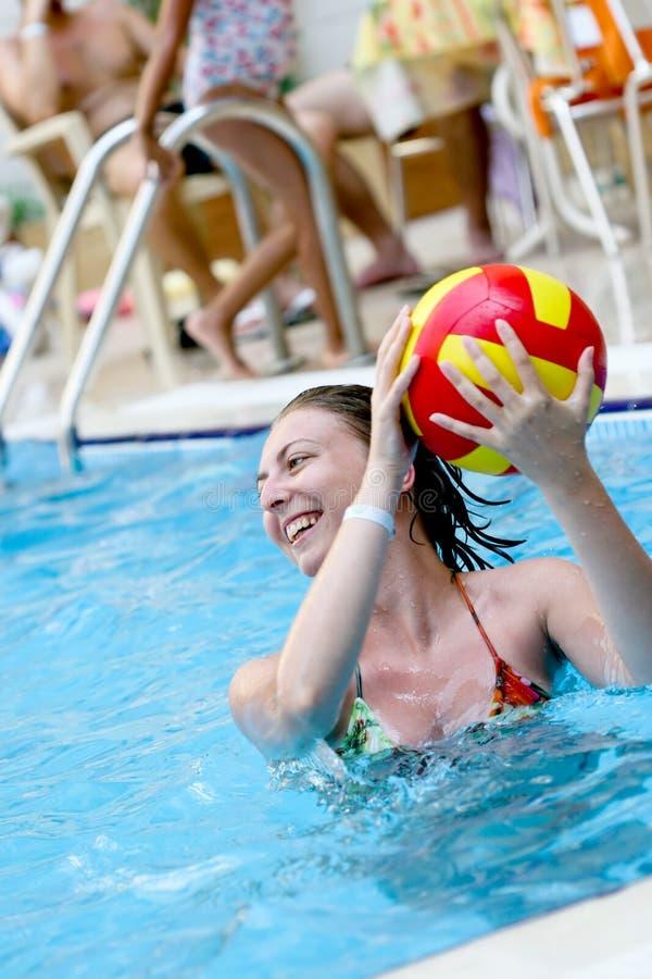 Muchacha que juega en una agua-piscina foto de archivo