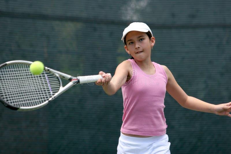 Muchacha que juega a tenis imagen de archivo