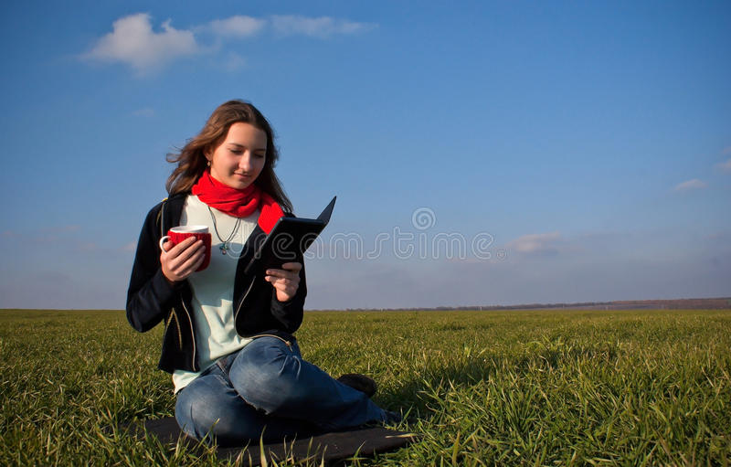 Muchacha que lee un e-libro fotos de archivo
