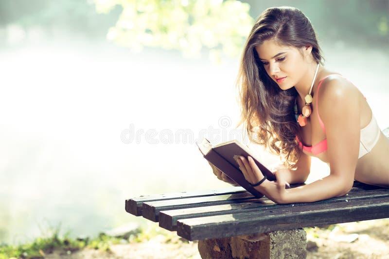 Muchacha que lee un libro en parque fotografía de archivo libre de regalías