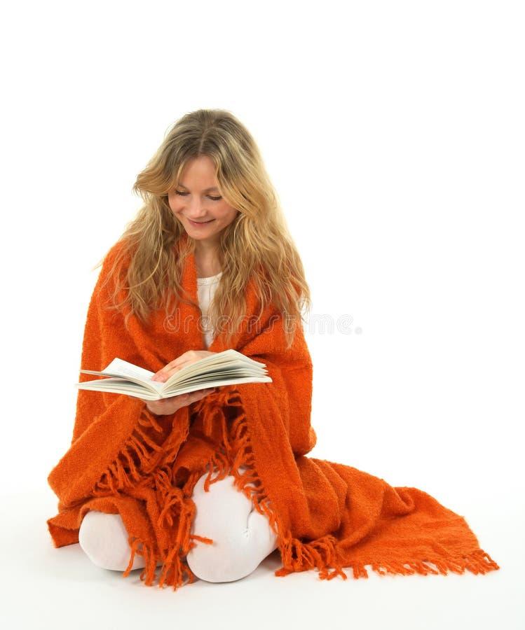 Muchacha que lee un libro, sonriendo imágenes de archivo libres de regalías