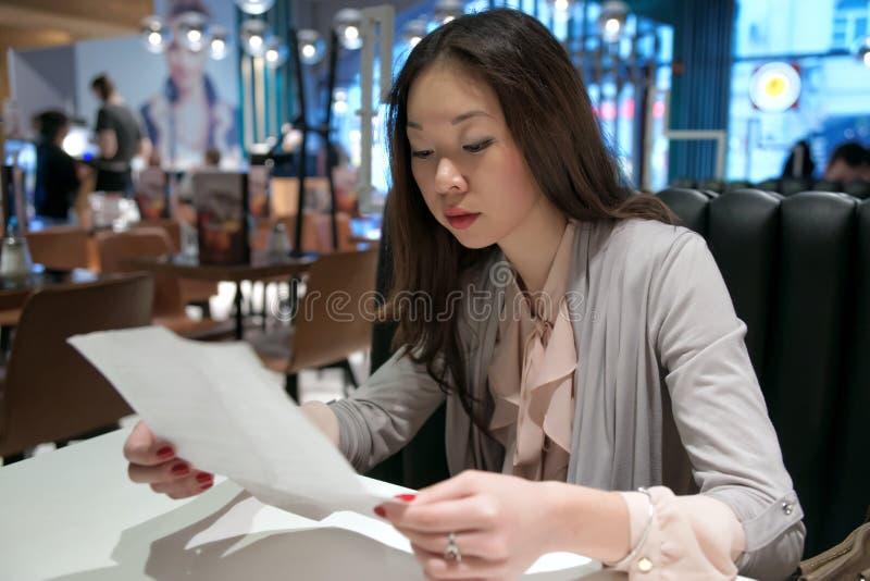 Muchacha que lee una letra fotografía de archivo libre de regalías